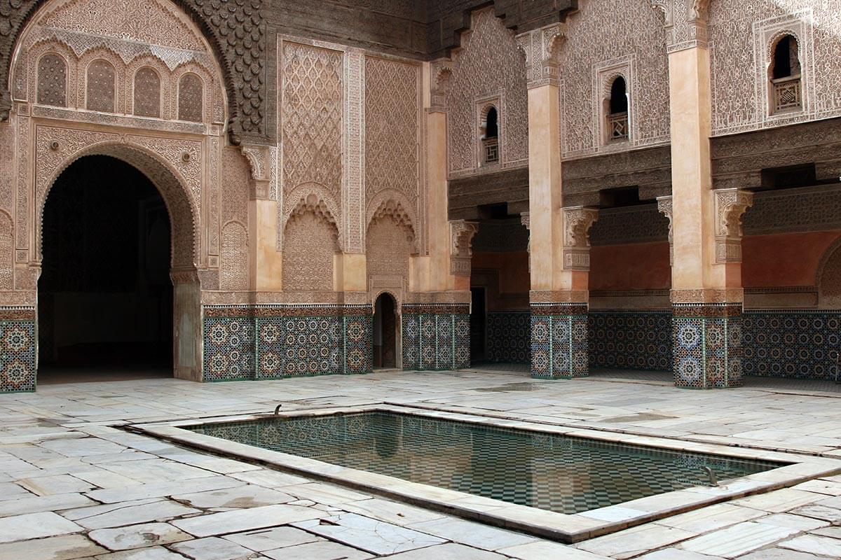 Patio interior de Ali Ben Youseef Medersa en Marrakech