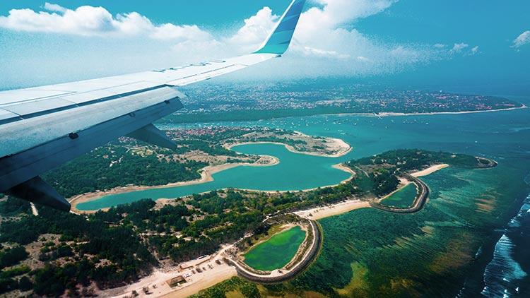 Llegada al aeropuerto de Bali en avión