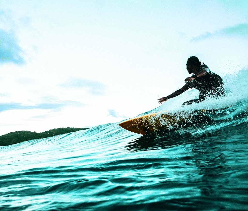 hcaer surf en las playas de Bali