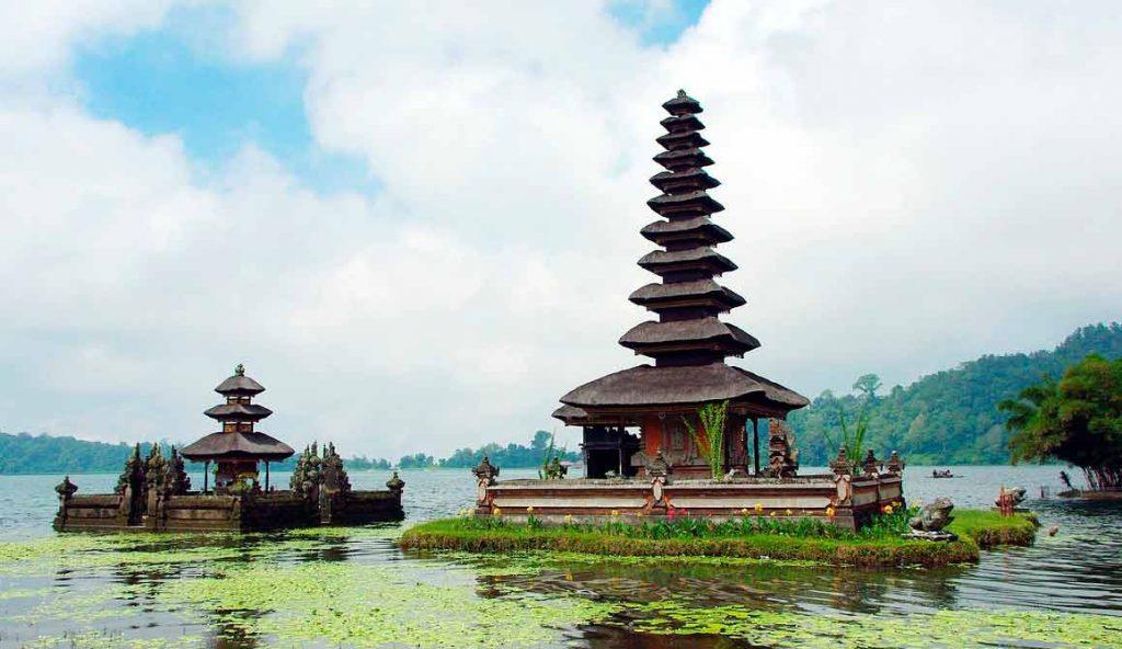 templo en Pura Ulun Danu Bratan sobre el agua