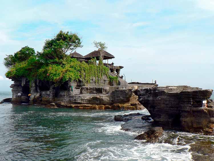 Templo Pura Tanah Lot de Bali sobre una roca en el mar