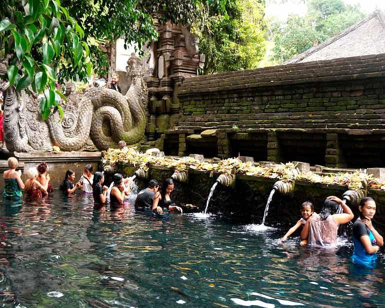 Fuentes sagradas en Tirta Empul en Bali