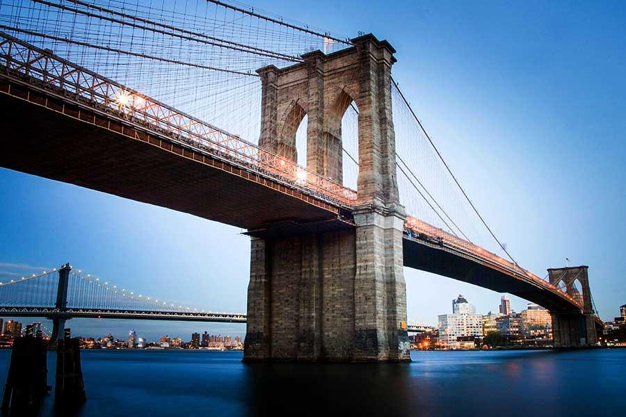 pasear por el puente de Brooklyn en Nueva York